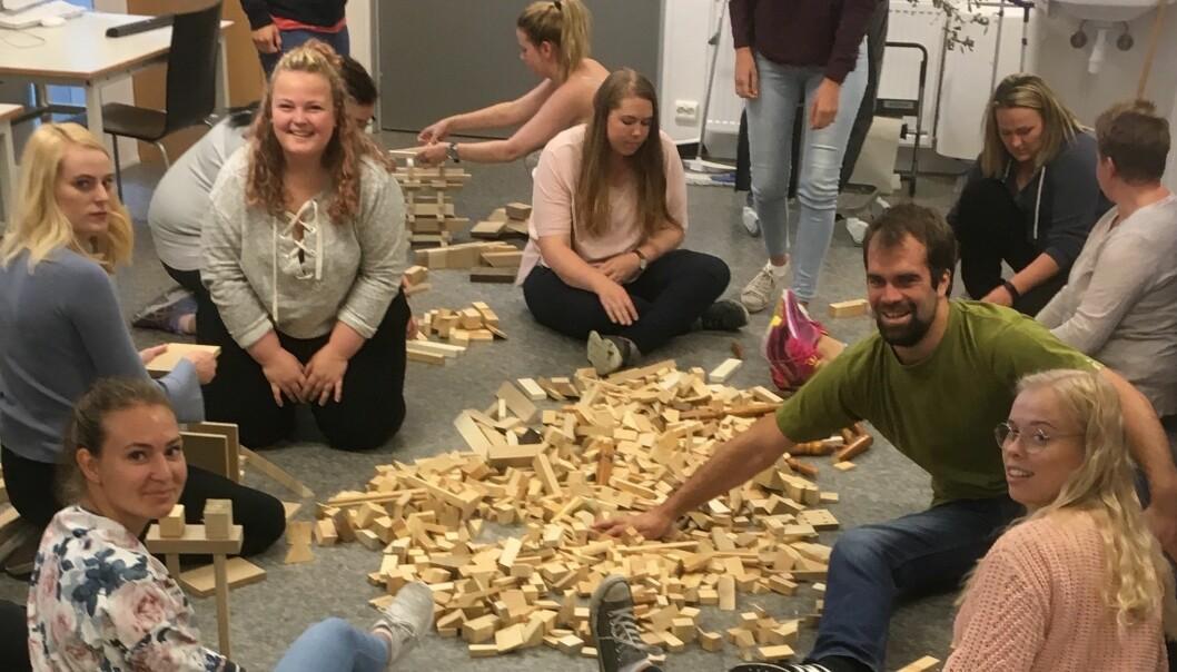 Skal vi bygge høyt? Skal vi lage eventyrtårn og spir? Barnehagestudentene Erna (f.v.), Maja, Natalie, Helena, Kine, Camilla, Jarl Ronny og Julia ved leker seg med byggeklossene.