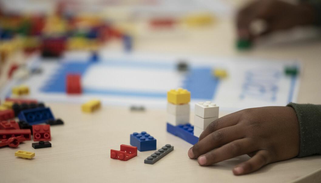 På denne legostasjonen skal elevene bygge lego formet som tall, før de blir samlet i en miniutstilling mot slutten av mattetimen.