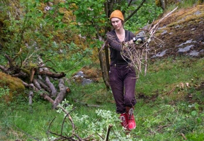 Kristine Takvam under eksamen, der hun rydder i kulturlandskapet.
