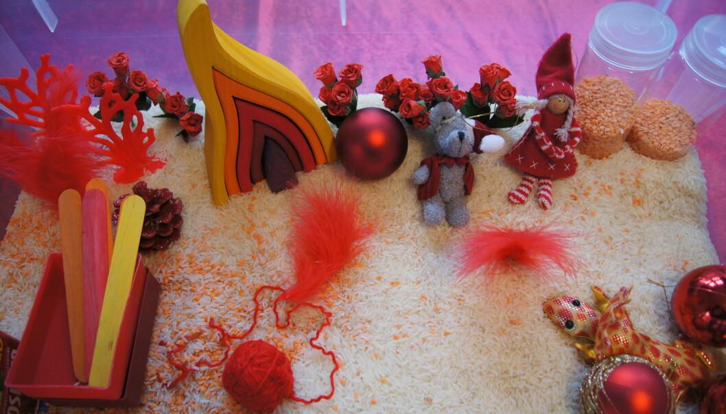 Et eksempel på en sansekasse med tema jul.