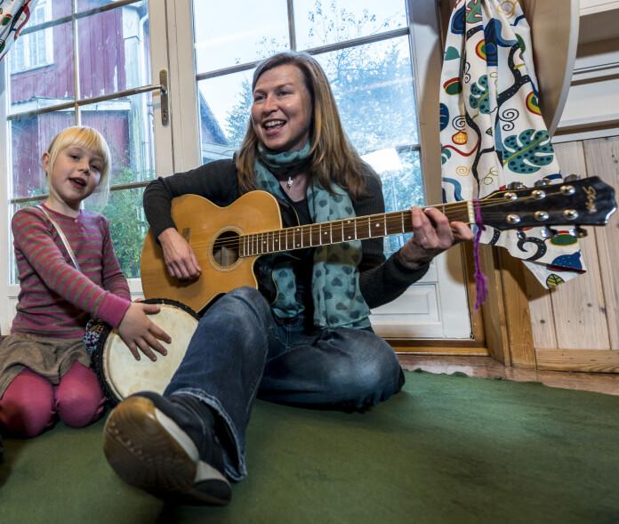 Isabel Henrikhaugen Orskaug og pedagogisk leder Kathrine Helgesen synger og spiller sammen i barnehagen.