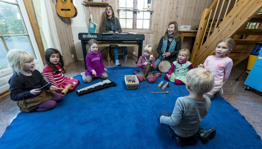 Minst en gang dagen samles barna til musikkstund.