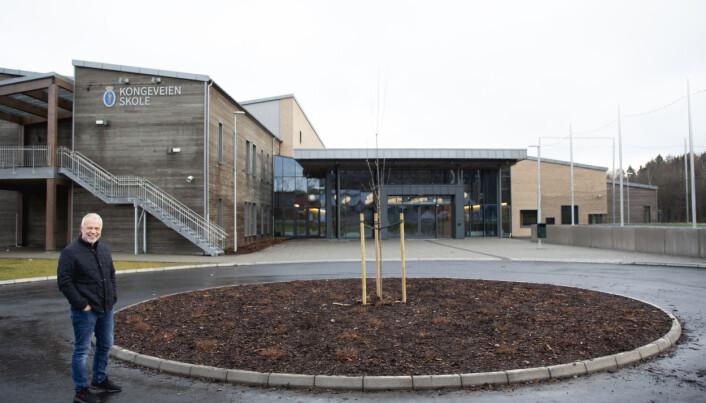 Jostein Stø viser fram Kongeveien skole som han som rektor ledet byggingen av.