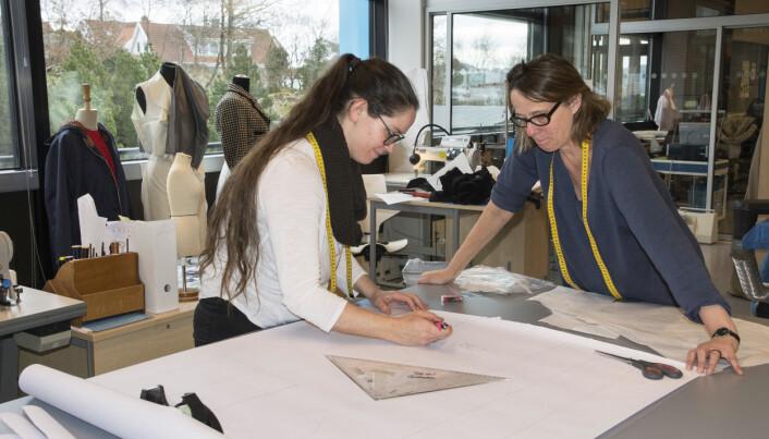 Kontaktlærer Marianne Alfsen gir Judith Brand Pinjuh råd når hun lager buksemønster.