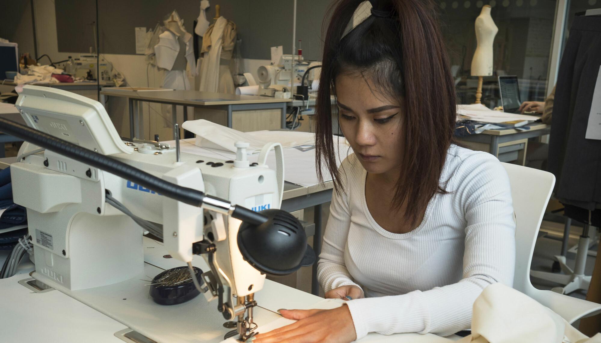 Sinaporn Hannok i full konsentrasjon ved symaskinen.