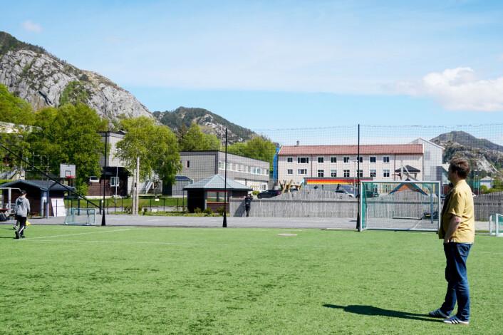 Slåball med elevene. Fotballtrening med ungene. Turer i fjellet. Slik var livet i Bremanger.