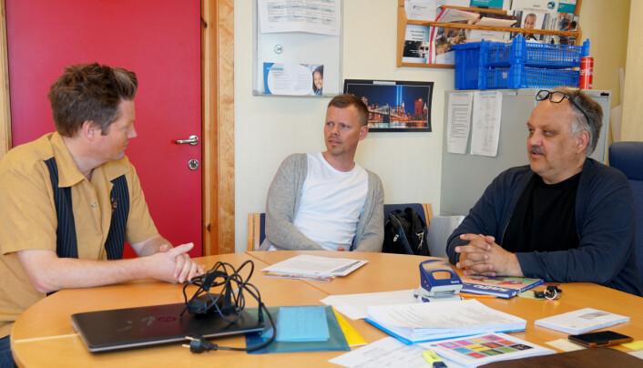 En prat på kontoret. Kollega Roger Nyborg og rektor Kåre Magne Moe.