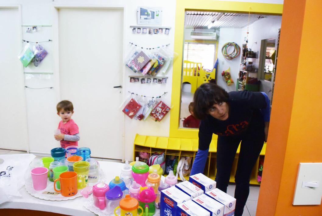 Mens de andre ansatte vekker barna etter siestaen, setter styrer Valeria fram melk og yoghurt. Foto: Sissel Drag