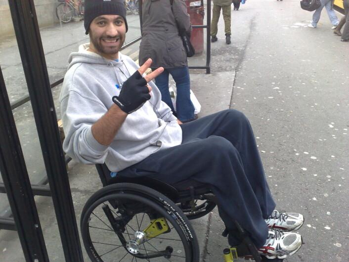 Toppidrettsøveren prøver å holde motet oppe, selv om han havnet i rullestol etter sykdom. Stålvilje og trening fikk ham opp på beina igjen.