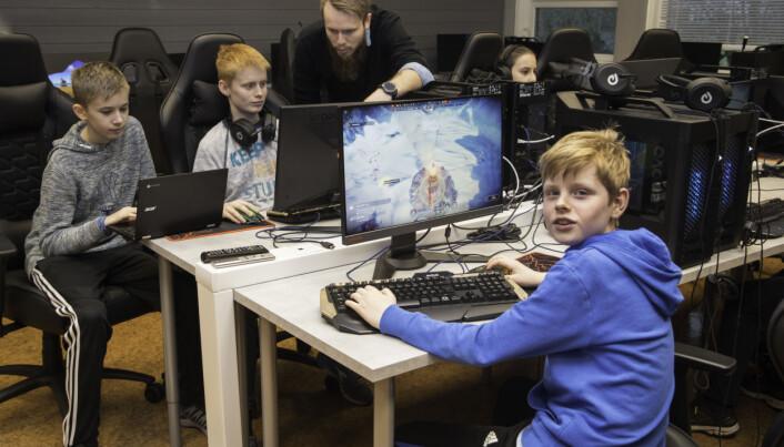 Alle beskjedene Vegard Støle Helvig får opp på skjermen, er på engelsk. Bak får Alexander Tuntland og Eirik Dyrøy assistanse av spillpedagog John Arne Gaard Nilsen.