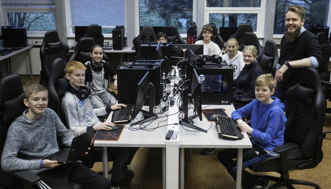 Spillpedagog John Arne Gaard Nilsen med åttendeklassinger ved Reveheim skole i Stavanger.