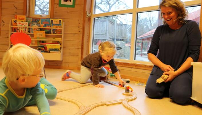 Linus Larsen Magnusson (3) (t.v.) og Synne Agathe Vaaga er hver dag med i små lekegrupper i Taremareskogen barnehage, der ansatte som, assistent Marianne Thorsen, leker sammen med dem. Det fører til at flere barn trives.