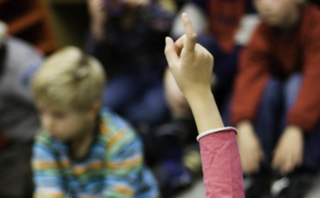 Det må bli slutt på å rekke opp hånda i klasserommet, mener en amerikansk professor.