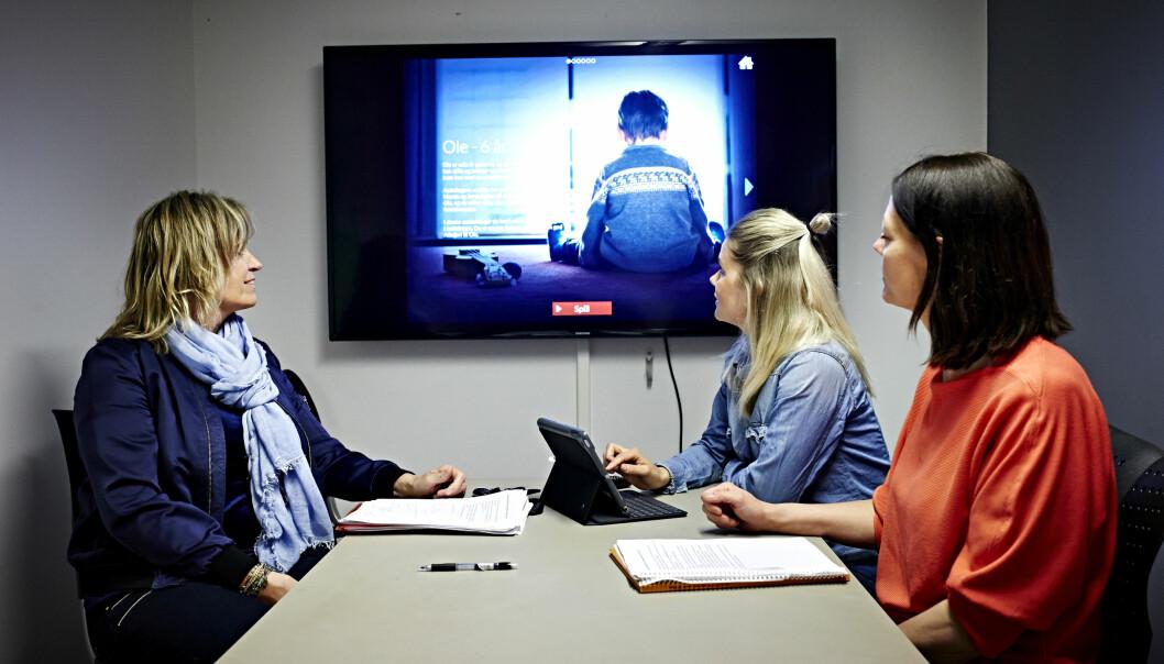 ØVER: Språkpedagog Hanne Holm i Linbråten barnehage (i midten), styrer Ann- Christin Veseth (t.v.) og pedagogisk leder Linda Hermansen i Asak barnehage øver på vanskelige barnesamtaler om vold og overgrep via digitale rollespill i programmet «Snakke».