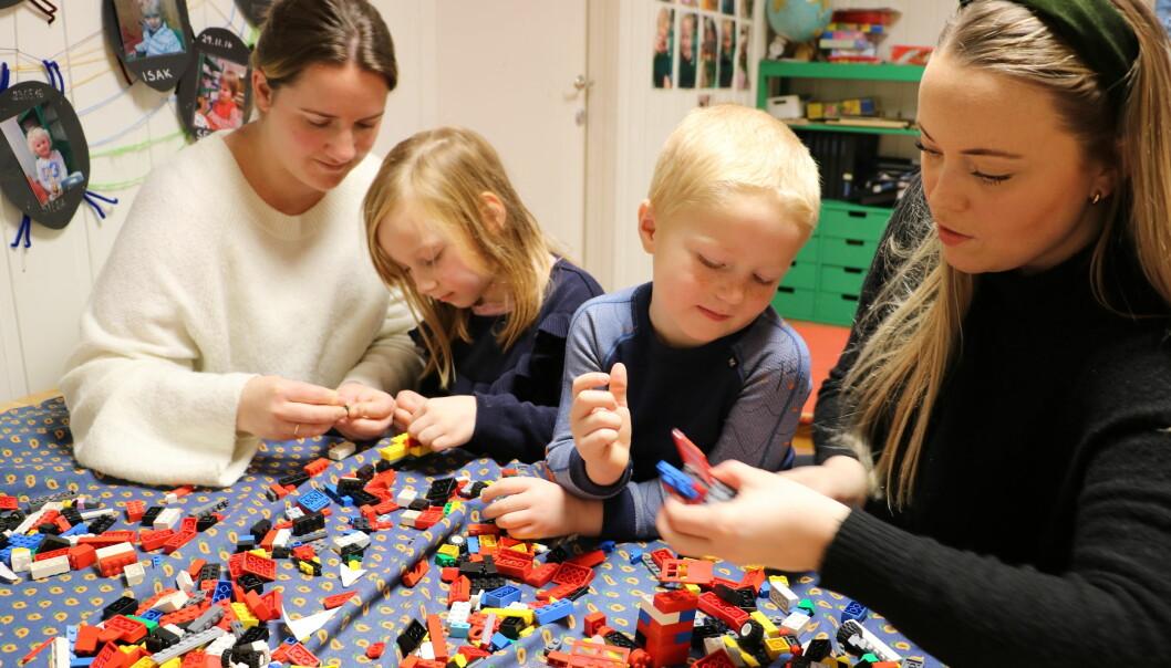 NYTTIG FOR ALLE: Pedagogisk leder Lina Maråk i Labakken barnehage (t.v.) og spesialpedagog Martine Årdahl samarbeider tett. Her med Live Victoria Gåsland (5) og Petter Ugland Bekkevar (5).