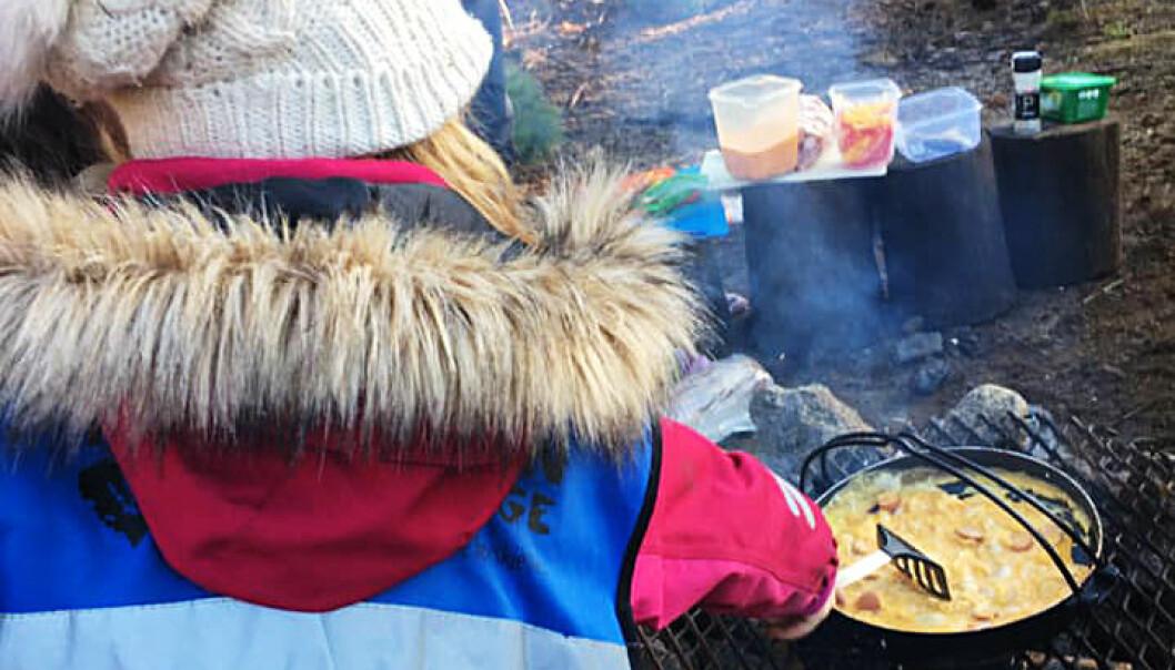 Barn i Trollsteinen barnehage lager eggerøre på bålet. Foto: Trollsteinen barnehage.