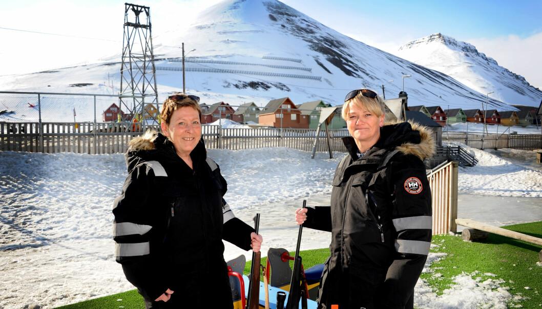 VÅPENTRENTE: Enhetsleder Gunnhild Antonsen (t.v.) og stedfortreder og støttepedagog Hilde Gjersdal Aske i Kullungen barnehage på Svalbard har begge tatt jegerprøven for å kunne beskytte seg mot isbjørn. De har hatt skytetrening på skytebane. Heldigvis har de aldri fått bruk for det.