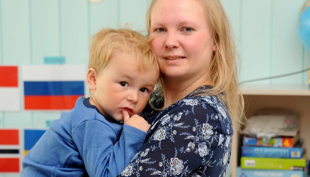 RUTINER: – Jeg setter pris på de gode rutinene med klespakker, sier mamma Stine Teigen. Sønnen Liam har bodd hele livet sitt på Svalbard.