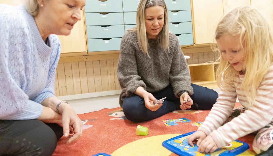 Helsesykepleierne Siv Engelin og Siri Andersen tar gjerne turen ned på avdelingene for å være med på leken. Her sammen med Linnea (4).