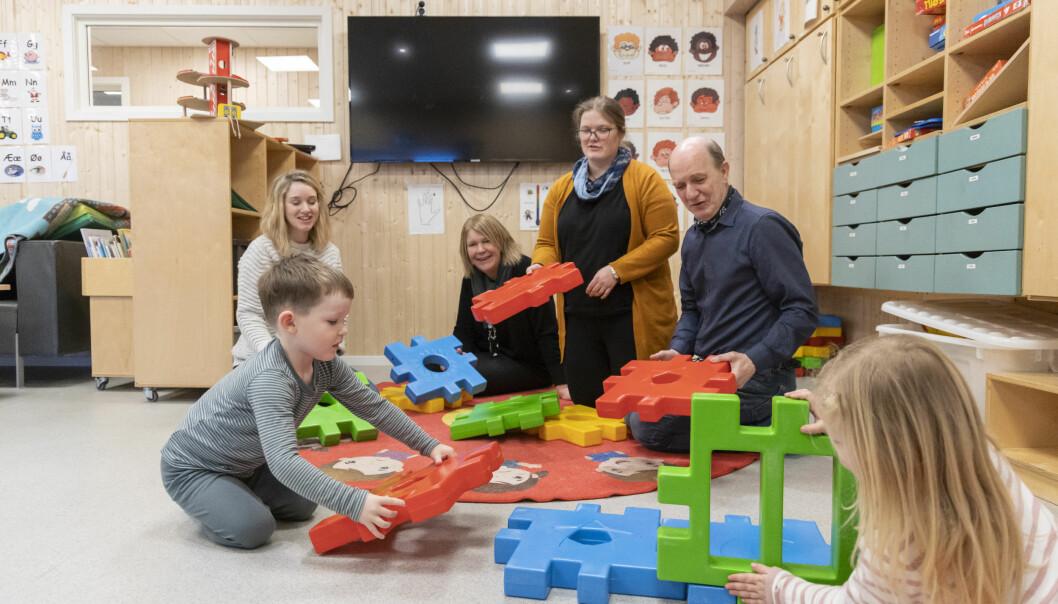 Fireåringene Johannes og Linnea i lek sammen med Johannes mamma Andrea Singstad, styrer Anneli Bjørsmo,  pedagogisk leder Berit Kjelsli i Reinsholm barnehage og virksomhetsleder Lars Einar Karlsen i Verdal kommune.