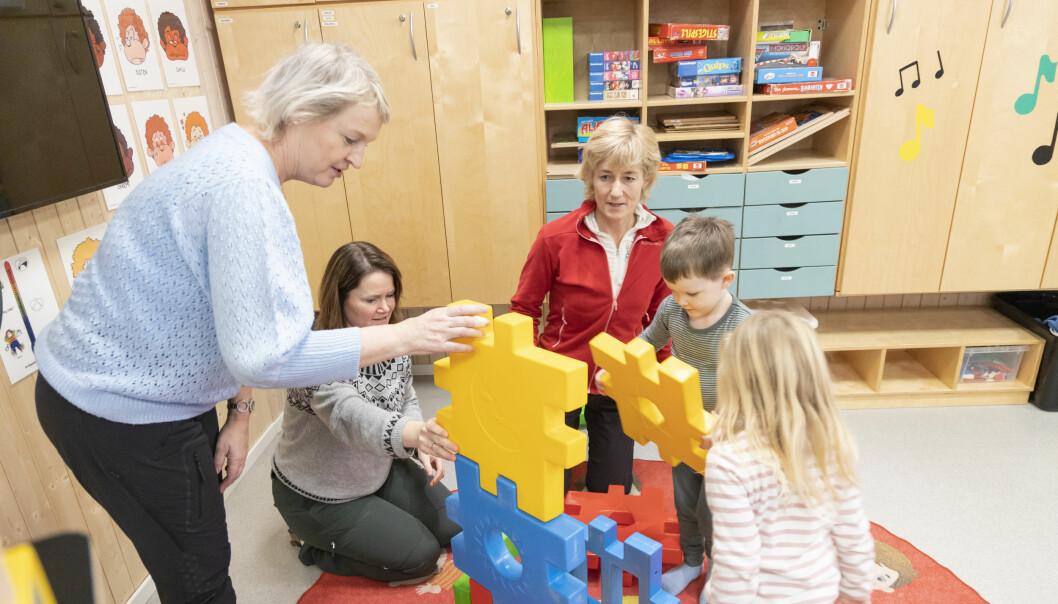 Fra venstre helsesykepleier Siv Engelin, pedagogisk leder Kristin Langdal, fysioterapeut Bente Kjønstad i lek med fireåringene Johannes og Linnea.