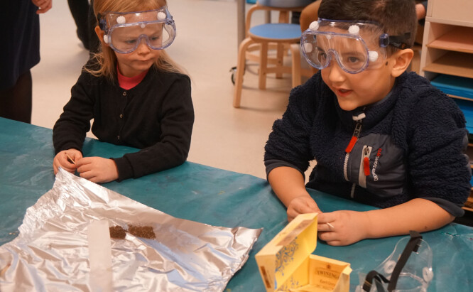 Lea og Mehdi stiller spørsmål om hvordan gasser virker.