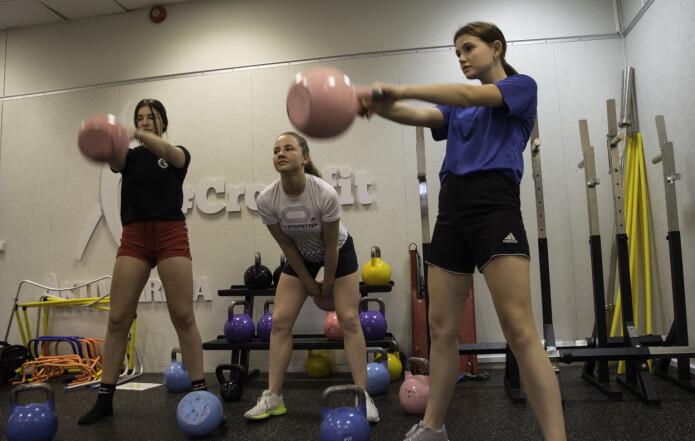 Kettlebell hører med som tabataøvelse denne dagen. Jentene er fra venstre: Lea Isaksen Selven, Mila Marsi og Kaisa Flatauken.