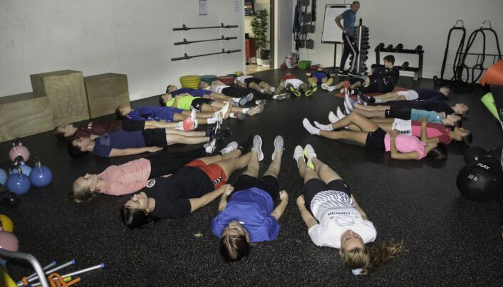 Avspenning høres også med, midt i skoletiden. Tiendeklassingene ligger i en sirkel og puster ut etter treningen.
