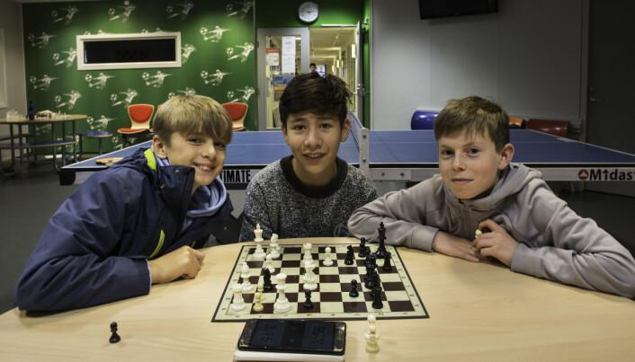 Denne trioen fra åttendeklasse har tatt en liten pause fra matteklubben. Da spiller de sjakk. Det er fra venstre Ivo Noel, Benjamin Moreno og Magnus Moen.