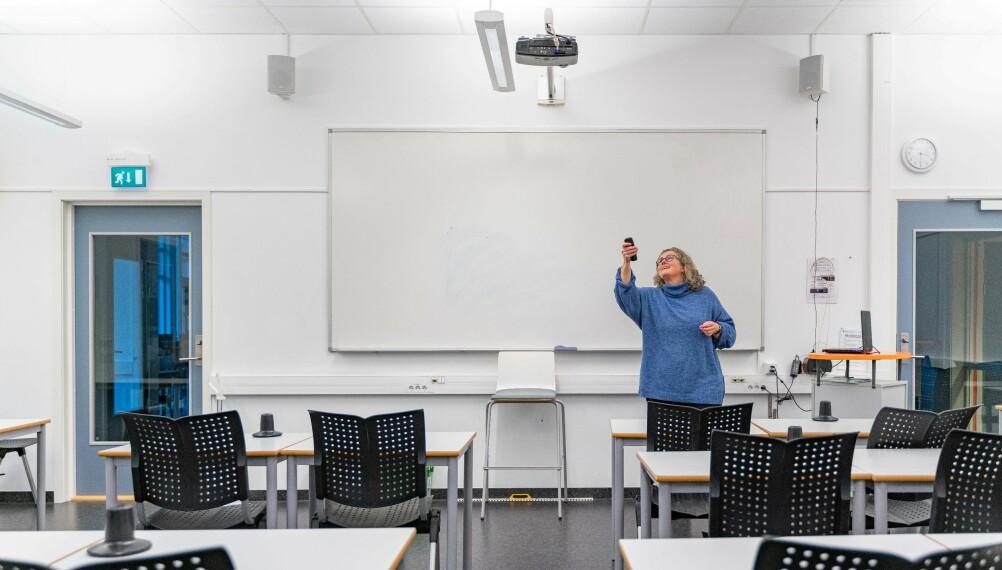 Når det gjelder klasseledelse, mener Hilde Eskild det beste er å veksle mellom oppgaver, lytting til læreren og elevsamarbeid. Her kobler hun pc og prosjektør.