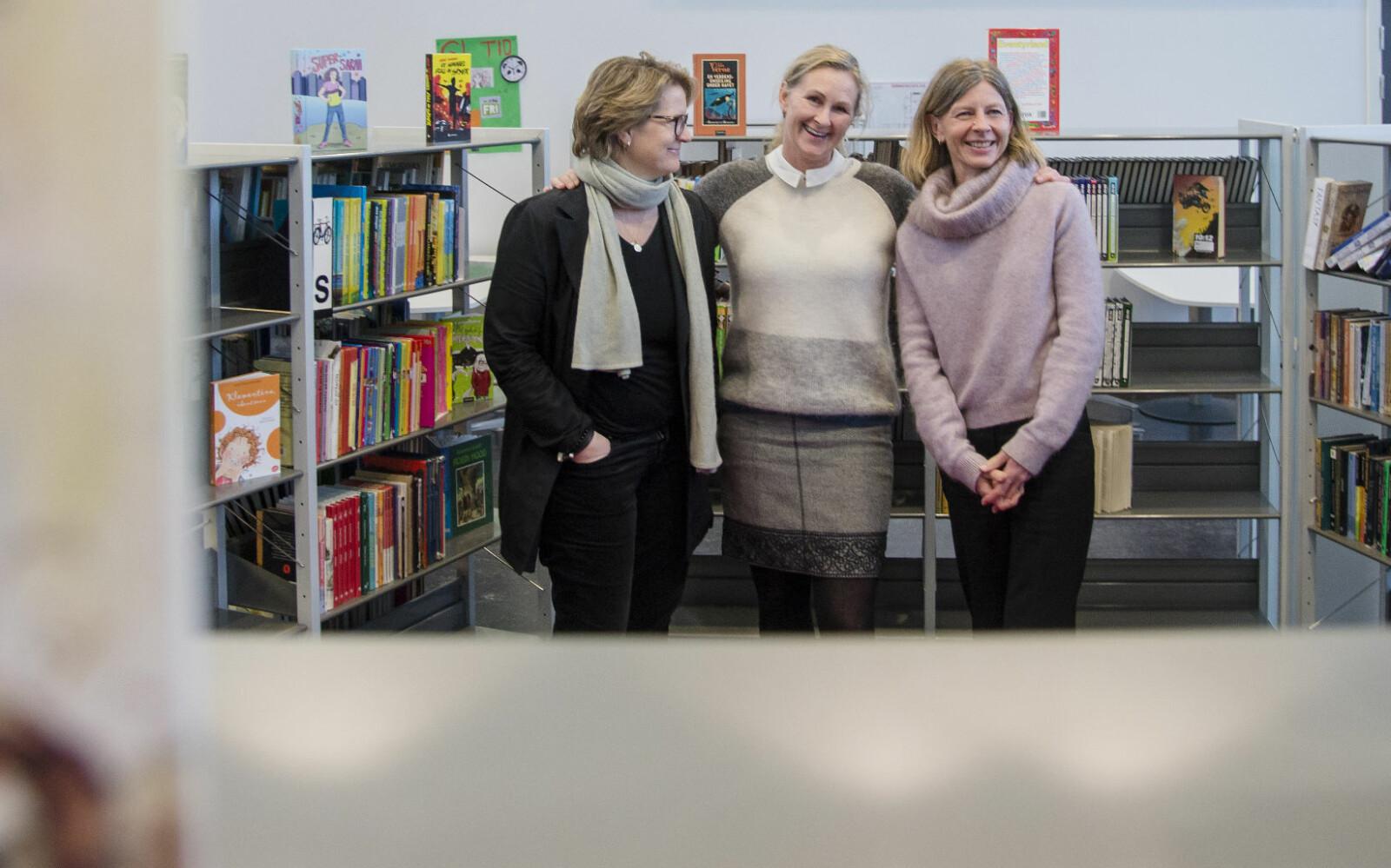 Kaja Aubert (t.v) og Anne-Grethe Nordli (t.h) i Tåsen skoles venner, og rektor Hilde Røssum Strandenæs ved Tåsen skole.