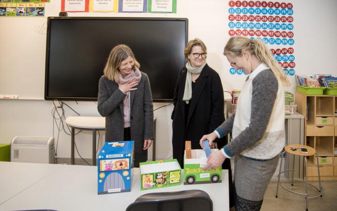 – Det er flott med en venneforening som knytter bånd mellom foreldre, elever og lærere, sier rektor Hilde Røssum Strandenæs (t.h). Styremedlem i venneforeningen, Kaja Aubert i midten og styreleder Anne-Grethe Nordli (t.v.)