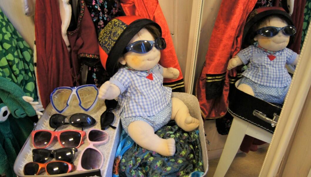 Å kle seg ut er for noen barn en lek i seg selv. For andre er det inngangsporten til å leke fortellinger som de kan leve seg fullstendig inn i. Det er viktig å ha et helfigurspeil i nærheten av kostymene. Litt ekstra briller, sko og hatter kan komplettere stilen og gjøre barnet i speilet ekstra fornøyd.