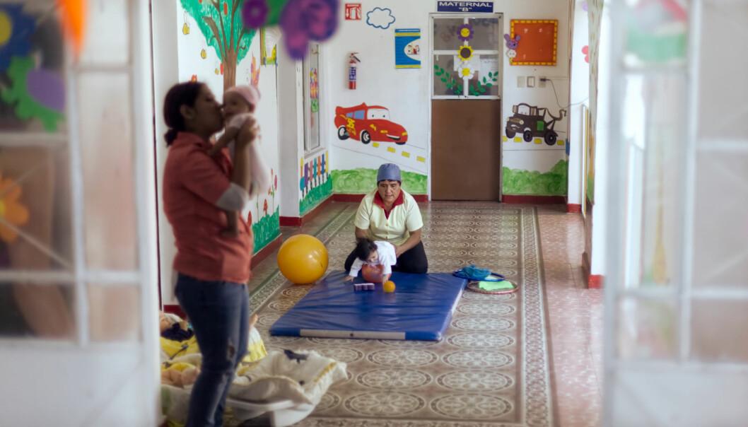 BALLTRENING: Barnehagelærer Ana Maria legger en fem måneder gammel jentebaby oppå en ball for å styrke nakkemusklene til babyen.