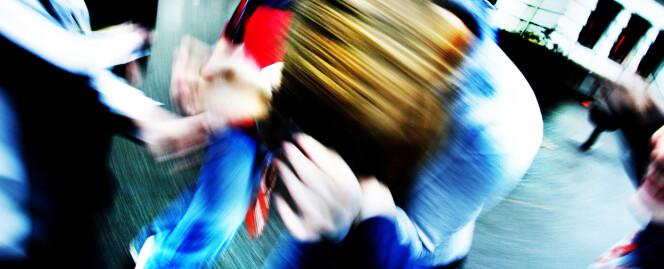 Uskarpt bilde med mennesker i forgrunnen: hender / armer som river og drar i en person i midten, denne holder armene beskyttende over sitt byde hode. I bakgrunnen en klassisk skolebygning.   Sakens tittel/ingress:  Atferdsproblemer: Ingen enkel oppskrift:  Barn med alvorlige atferdsproblemer kan slite ut bde seg selv, foreldre, lrere og fagfolk. Til tross for omfattende forskning de siste femten rene er det uenighet om arbeidsmetoder, diagnoser og deres rsak - og om barn br gis sentralstimulerende midler.   Liten sak / 'case' fra: Skarmyra skole (1.-7.) i Moss, stfold.
