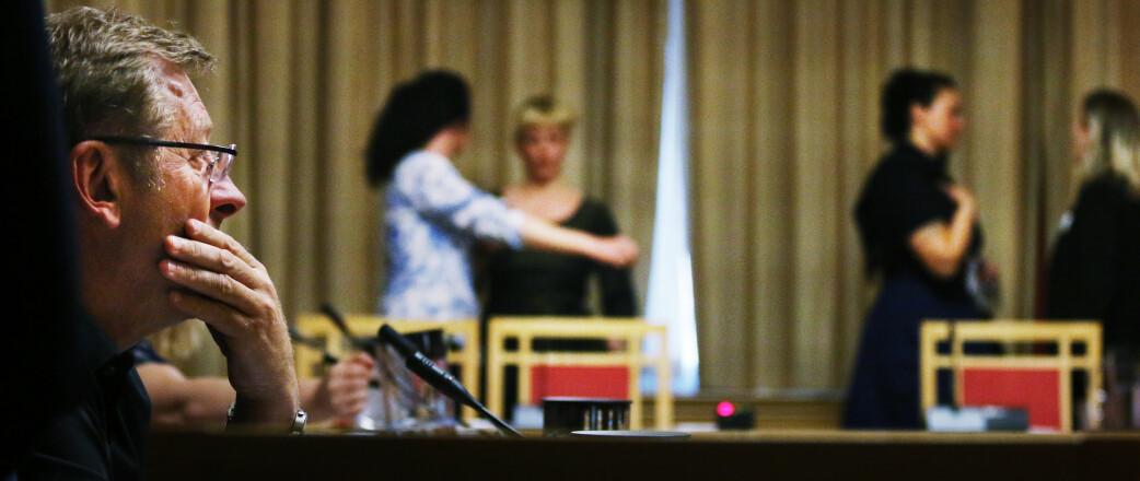 Stortingspolitiker Jorodd Asphjell (Ap) var ettertenksom etter høringen. I bakgrunnen diskuterer opprørerne etter å ha sagt sin mening. Foto: Jørgen Jelstad.