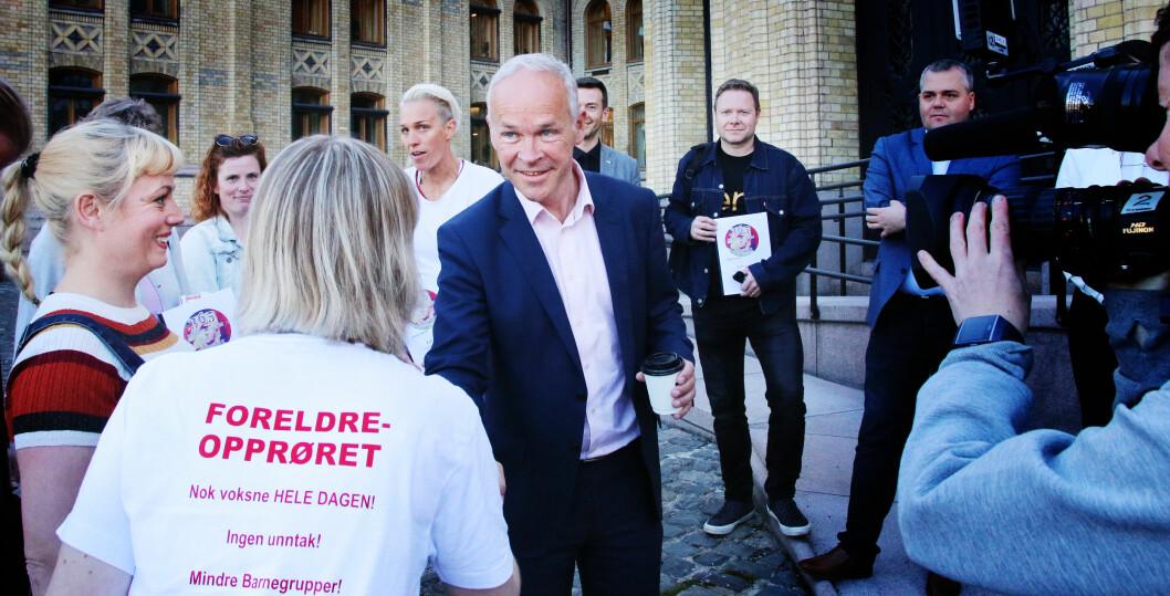 Kunnskapsminister Jan Tore Sanner fikk over 26 000 underskrifter fra Foreldreopprøret utenfor Stortinget 9. mai 2018. I tillegg fikk han flere hundre #uforsvarlig-historier fra barnehageansatte. Foto: Jørgen Jelstad.
