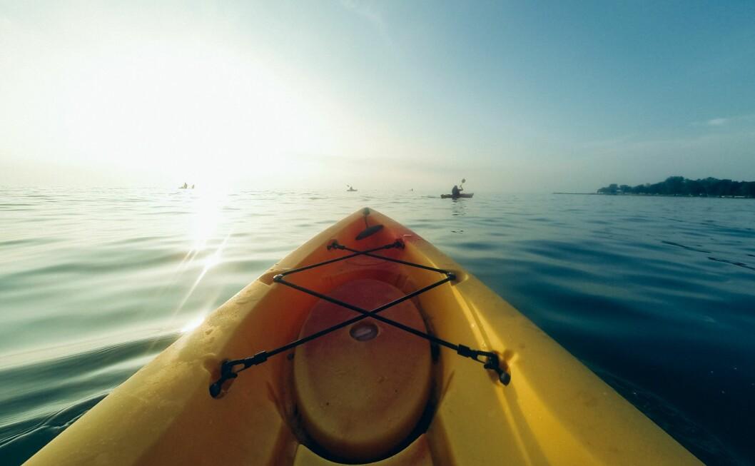 På uteskole får elevene jobbe aktivt med ulike begreper ved å prøve ut robåt, seilbåt, motorbåt og kajakk.