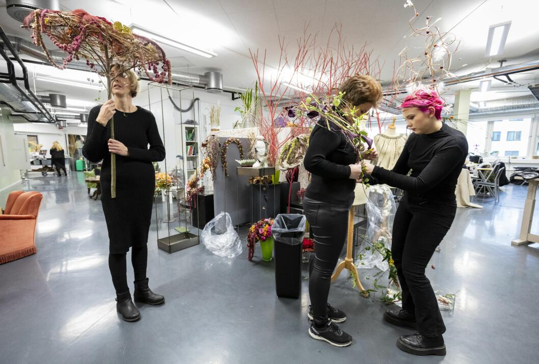 Blomsterfaget skal få ny drakt i 2020 og blir nå faget frisør, blomster, interiør og eksponeringsdesign. Her fra blomsterdekoratørenes opplæringskontor på Skøyen.