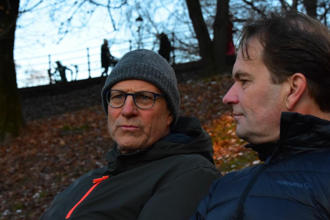 Etter eitt og eit halvt år fekk lærar Jens Vik (t.v.) lese saka om seg sjølv. Her med rektor Paul Ivar Pedersen.