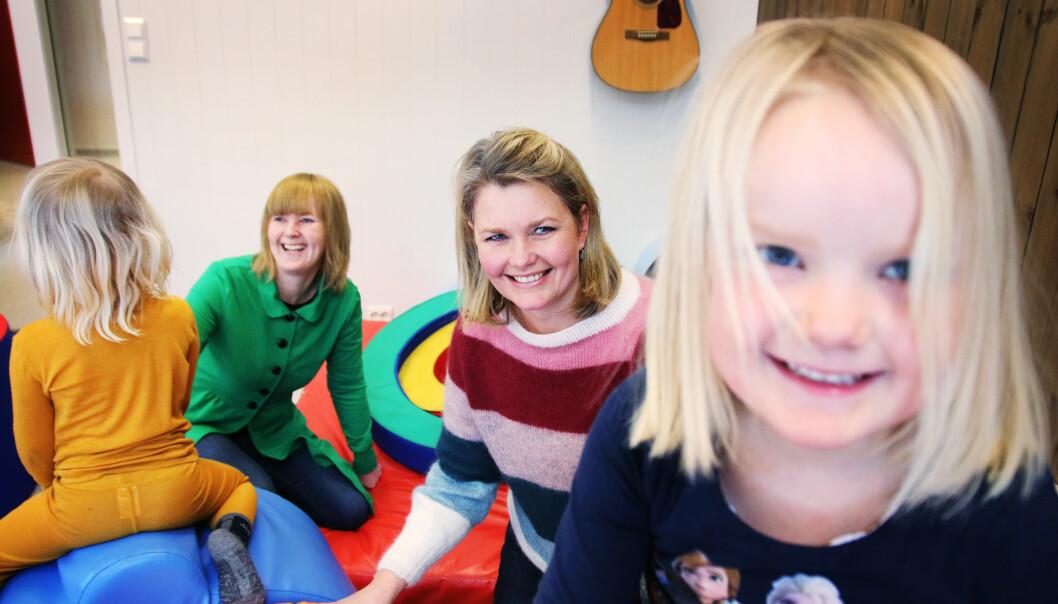 Styrer Anne Tjentland Sjulstad i Svarstad barnehage i Larvik er glad for å ha foreldre som engasjerer seg i bemanningsdebatten. Fra v. Jorid, forelder Janne Bergstå,  Anne Tjentland Sjulstad og Siri.