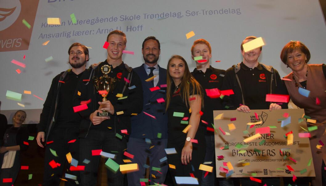 Grete Ingeborg Nykkelmo (helt til høyre) er sjef for Ungt Entreprenørskap og yrkeprofilen i første utgave av Yrke i 2020. Her på scenen med vinnerne av beste ungdomsbedrift i 2017, og kronprins Haakon.