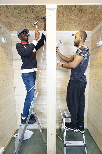 Momodou Alieu Bah og Amani Mateso i arbeidsbåsene sine på andreåret på elektrofag på Etterstad videregående.