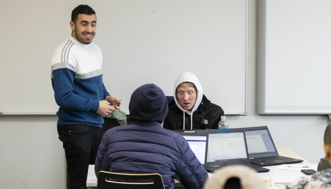 Soufian Amsalkhir har nettopp meldt overgang fra elektriker-yrket til lærerjobb på Etterstad videregående skole i Oslo. Han mener det ikke er noe problem å holde orden i klassen selv om han har gått fra 1 lærling til 15