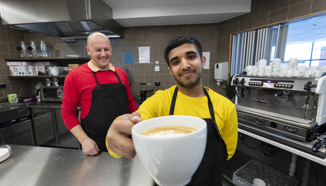 Saif Rustam øver seg på å lage og servere kaffe når Yrke kommer på besøk. Vi sa ikke nei takk.