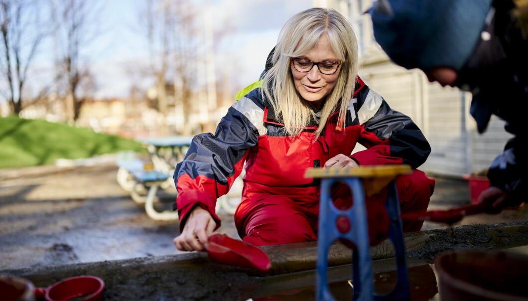 Barnehagelærer Randi Viken Faanes har god erfaring med både søle, vann og barn.
