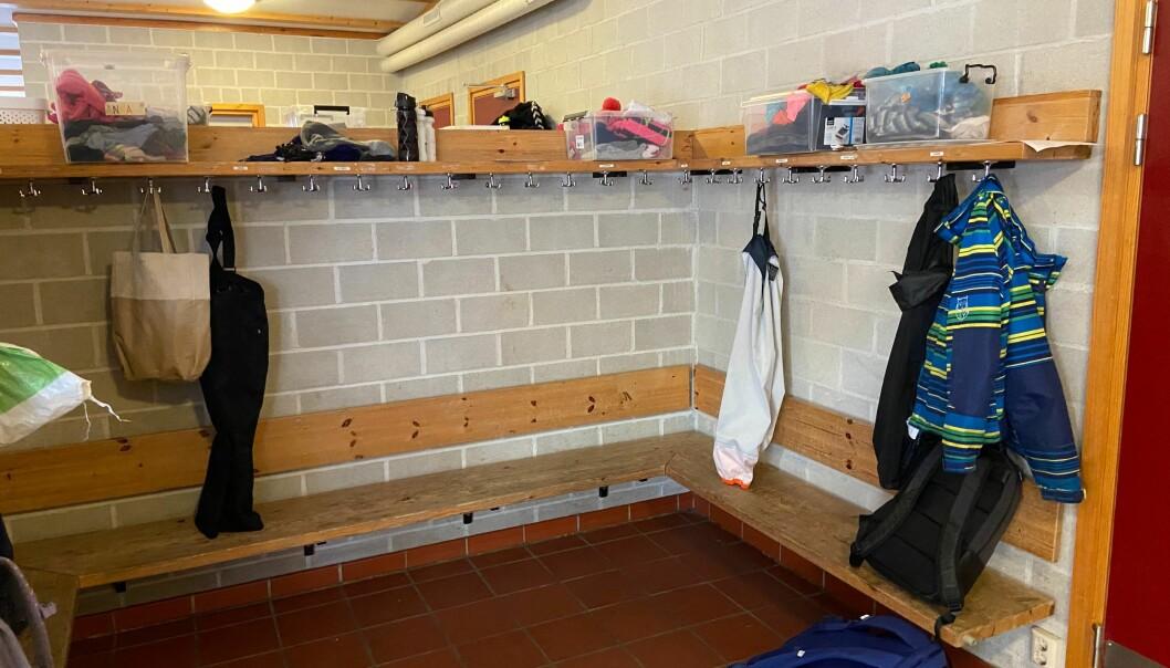 Det er tomme garderober på skolene om dagen.