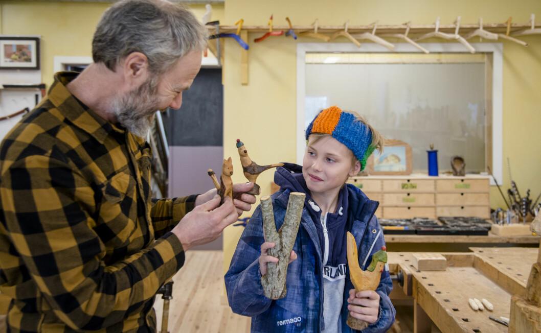 Darian (11) er innom hos lærer Lars Wegge for å få treemner til spikkeoppgaven.