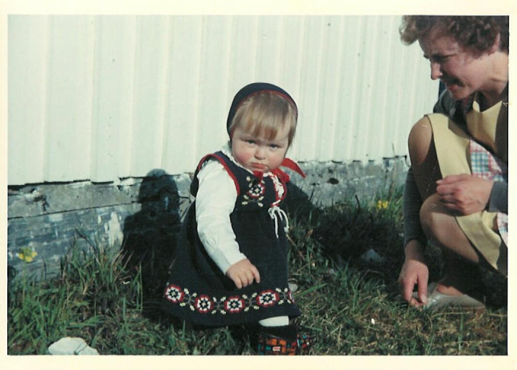 Jeg og mamma. Bunaden jeg har på meg, hadde hun strikket til meg.