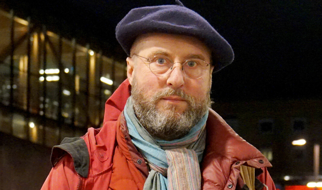 Den svenske skoleeksperten Per Kornhall, sier at det har vært lite kritikk mot svensk koronastrategi.